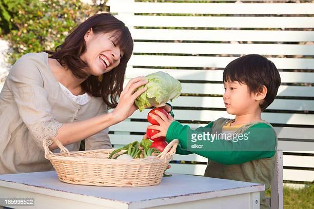 日本のお母さんと息子にオーガニック野菜をご利用いただけます。