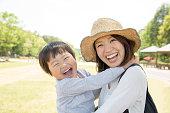 公園で子供を抱く日本人の母親