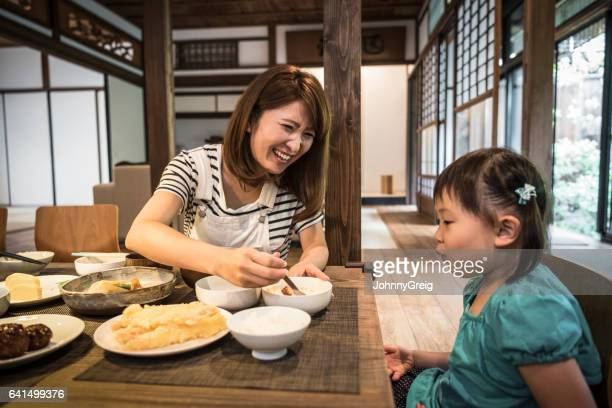 日本人母料理食卓での娘