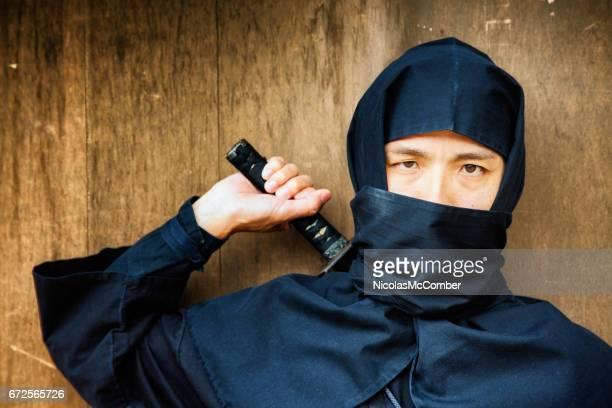 黒で日本の忍者衣装ストーカーのクローズ アップの肖像画