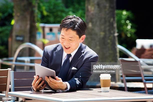 日本の会社員でタブレット屋外笑顔