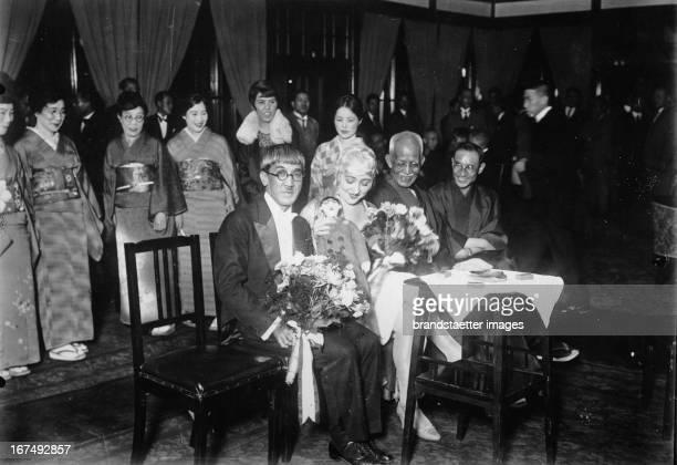 Japanese painter Fujita with his french wife at their reception in tokyo Photograph Der in Paris lebendende japanische Maler Fujita wird mit seiner...