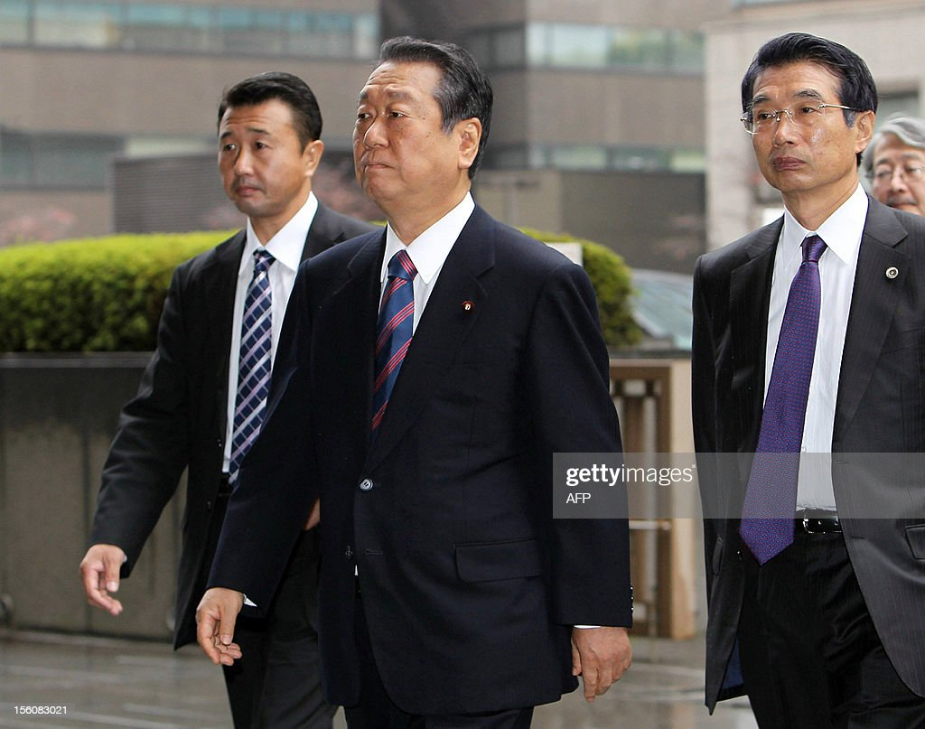 Japanese political strongman Ichiro Ozawa (C), accompanied by his lawyers, enters the Tokyo High Court on November 12, 2012. Japan's appeal court acquitted Ozawa, former Democratic Party of Japan (DPJ) leader, in a political funding scandal, a verdict that could have an impact on politics ahead of looming elections.