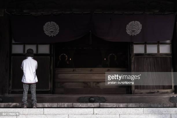 Japanese praying at the Naritasan temple