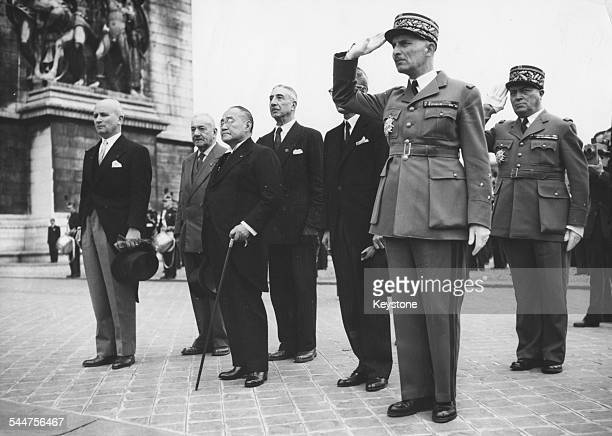 Japanese Prime Minister Shigeru Yoshida with a group og officials at the Tomb of the Unknown Soldier in Paris October6th 1954