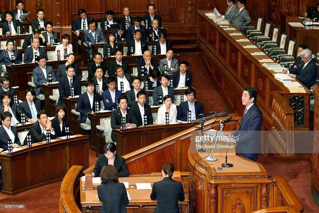 japanese-prime-minister-shinzo-abe-addresses-on-the-controversial-picture-id474777486
