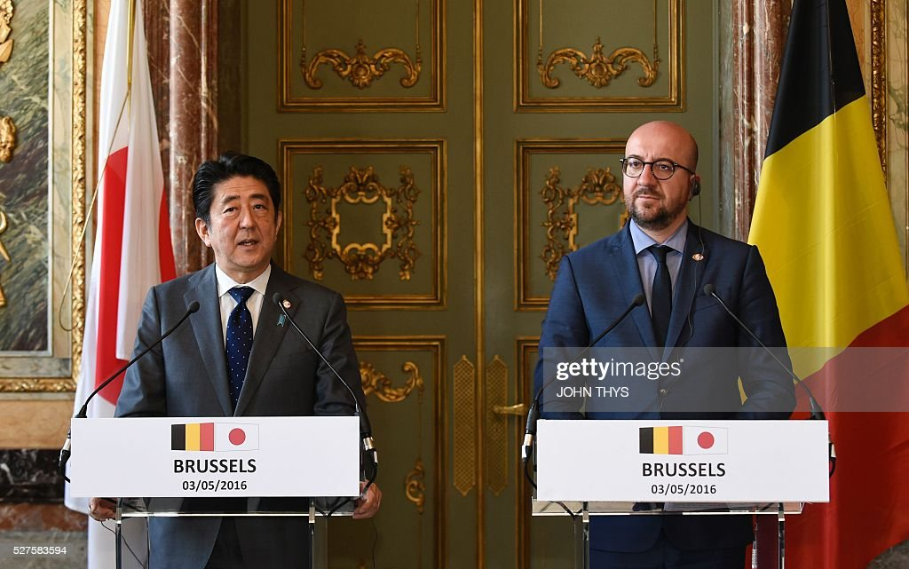 Japanese Prime Minister Shinzo Abe (L) and Belgian Prime Minister Charles Michel give a joint press conference after their meeting in Brussels on May 3, 2016. / AFP / JOHN
