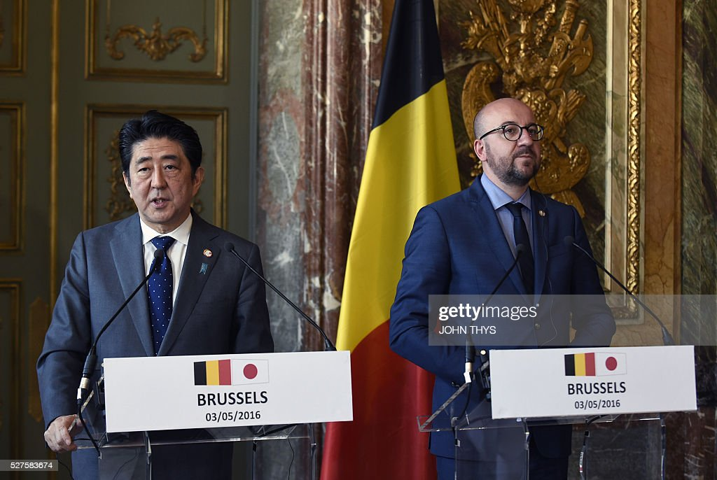 Japanese Prime minister Shinzo Abe (L) and Belgian Prime minister Charles Michel give a joint press after their meeting in Brussels on May 3, 2016. / AFP / JOHN