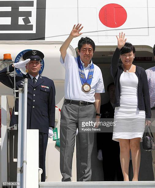 Japanese Prime Minister Shinzo Abe and his wife Akie leave Davao the Philippines for Sydney on Jan 13 2017