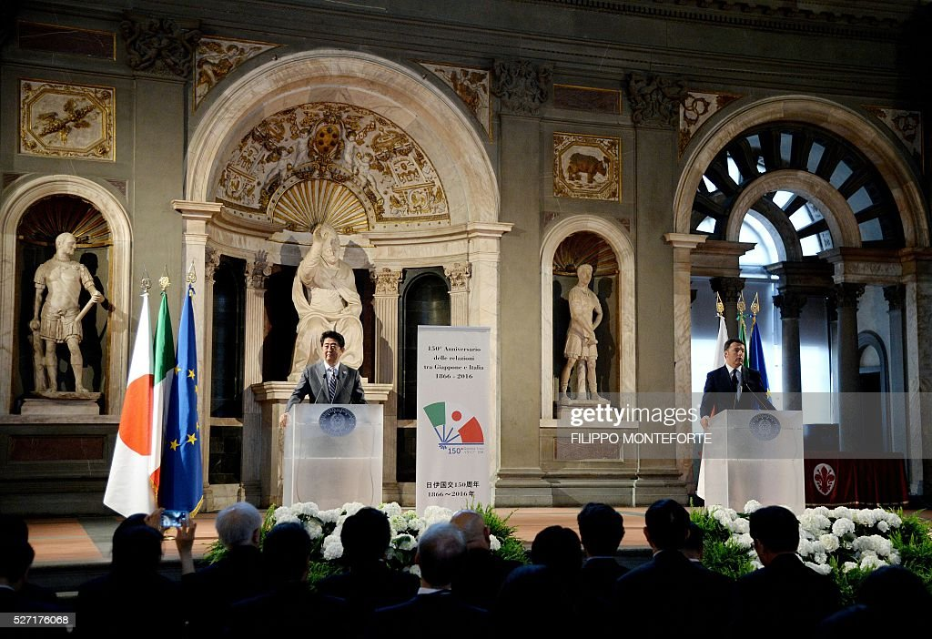 Japanese Prime Minister Shinzo Abe (L) and Italy's Prime Minister Matteo Renzi (R) speak during a press conference following their meeting at Palazzo Vecchio in Florence on May 2, 2016. / AFP / Filippo MONTEFORTE