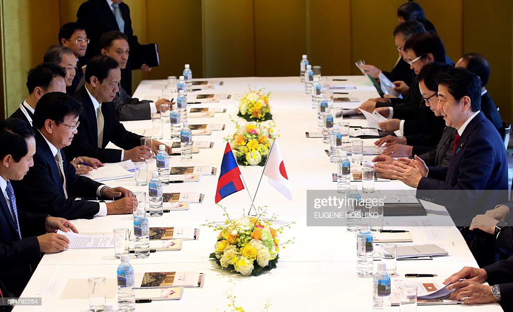 Japanese Prime Minister Shinzo Abe(R) and Laos' Prime Minister Thongloun Sisoulith, second left, attend the the meeting in Nagoya, in central Japan on May 28, 2016. Sisoulith is in Japan to attend the G-7 Ise-Shima summit outreach session. / AFP / POOL / Eugene Hoshiko