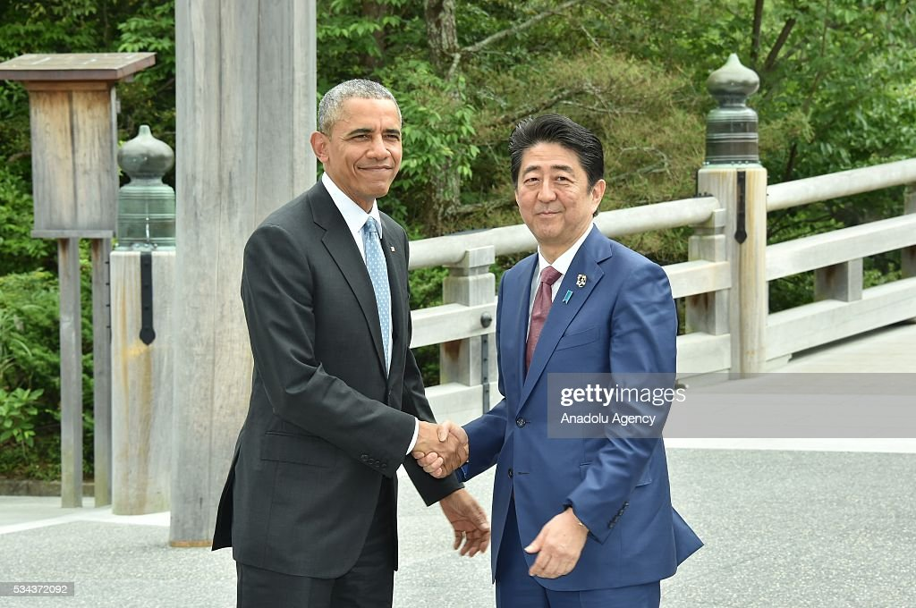 Japanese Prime Minister Shinzo Abe (R) and US President Barack Obama (L) shake hands prior to G7 leaders summit at the Ise Jingu (Shrine) on May 26, 2016 in Ise, Mie Prefecture, Japan.