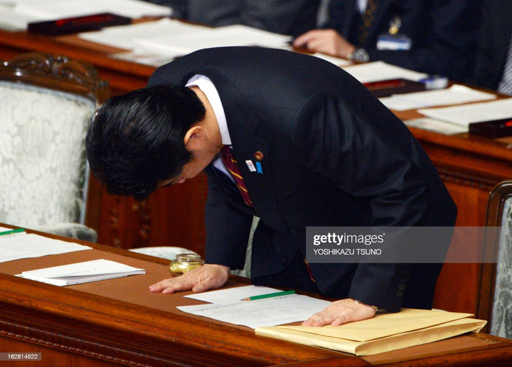 Japanese Prime Minister Shinzo Abe bows before he delivers his policy speech at the Lower House's plenary session at the National Diet in Tokyo on February 28, 2013. Faced with a territorial dispute with China, Abe quoted former British prime minister Margaret Thatcher stressing the rule of law over the 1982 Falklands war. AFP PHOTO / Yoshikazu TSUNO