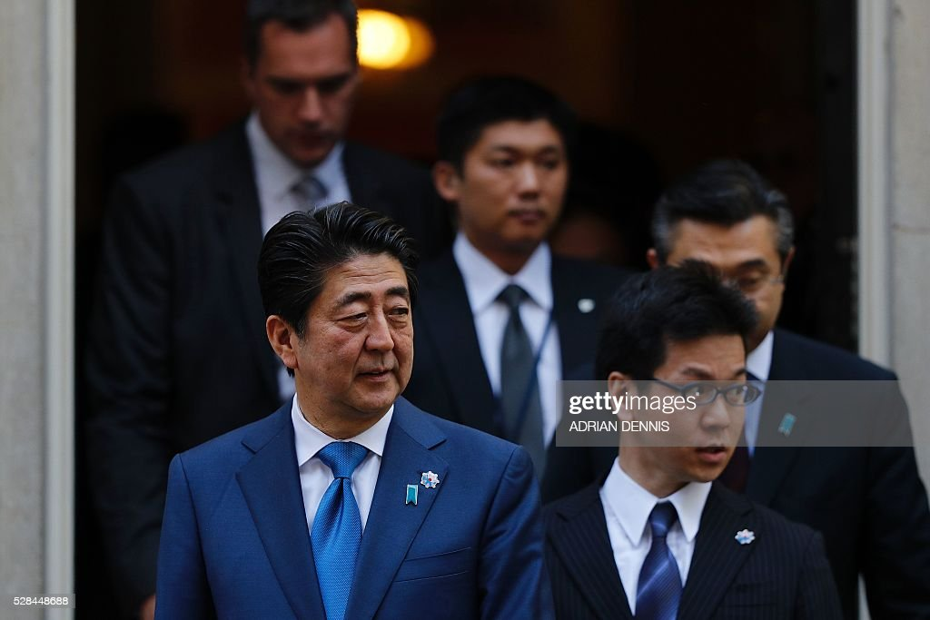 Japanese Prime Minister Shinzo Abe (L) leaves 10 Downing Street in central London on May 5, 2016, following his meeting with British Prime Minister David Cameron. / AFP / ADRIAN