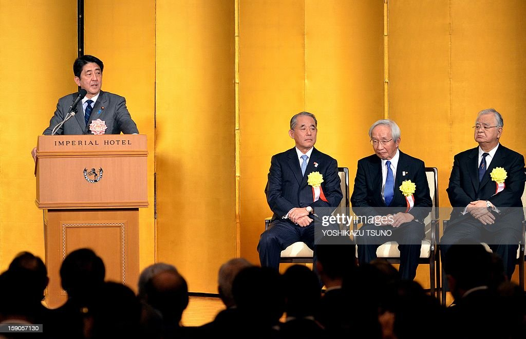 Japanese Prime Minister Shinzo Abe (L) speaks before Japan's business leaders, while the heads of Japan's three economic organizations, Hiromasa Yonekura (R), chairman of Keidanren (the Japan Business Federation), Yasuchika Hasegawa (3rrd R), chairman of Keizai Doyukai (the Japan Association of Corporate Executives), and Tadashi Okamura (2nd R), chairman of the Japan and Tokyo Chambers of Commerce and Industry at a New Year's party at a Tokyo hotel on January 7, 2013. Japan's major business lobbies said they support Prime Minister Abe for his efforts to revive the dwindling economy, urging him an early participation in a Pacific-wide free trade deal. AFP PHOTO / Yoshikazu TSUNO