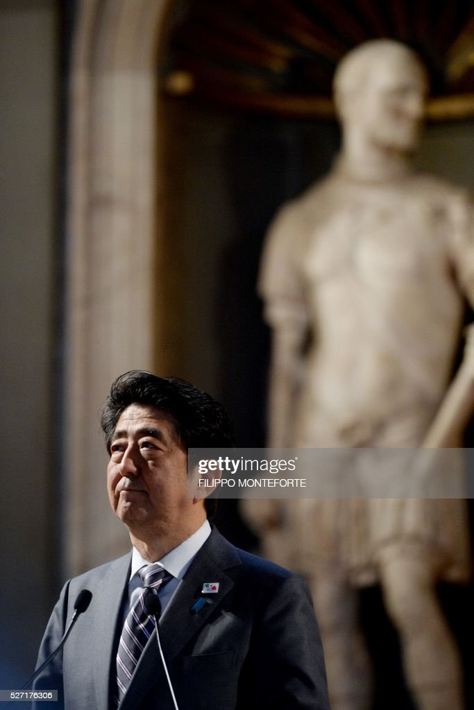 Japanese Prime Minister Shinzo Abe takes part in a joint press conference with Italy's Prime Minister following their meeting at Palazzo Vecchio in Florence on May 2, 2016. / AFP / Filippo MONTEFORTE
