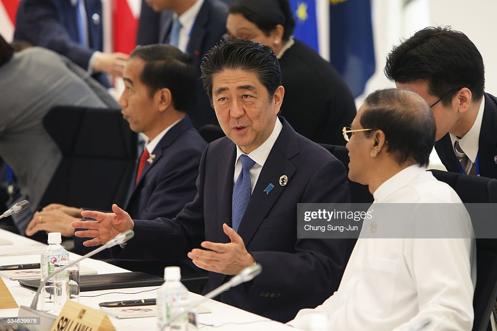 Japanese Prime Minister Shinzo Abe (C) talks with Sri Lanka President Maithripala Sirisena during a 'Outreach Session' on May 27, 2016 in Kashikojima, Japan. In the two-day summit, the G7 leaders discussed the pressing global issues including counter-terrorism, energy policy, and sustainable development.