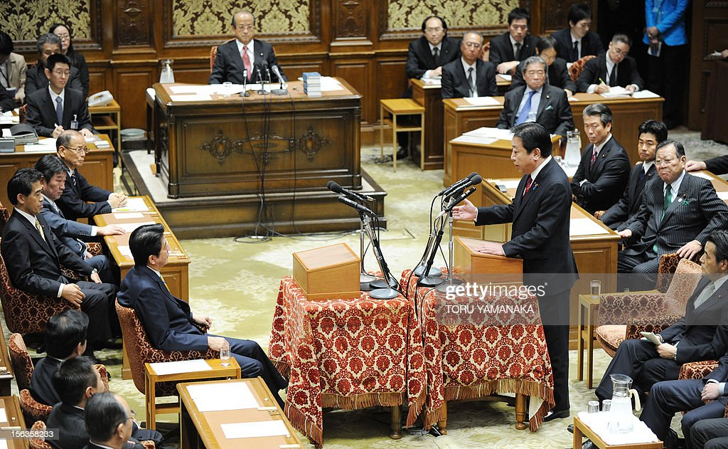 Japanese Prime Minister Yoshihiko Noda (Centre R) answers questions from President of the main oppositon Liberal Democratic Party (LDP) Shinzo Abe (C/R) duing a one-by-one debate at the lower house on November 14, 2012. Noda said on November 14 he will dissolve parliament on November 16 to hold an election if his opponents play ball on reforming the electoral system. AFP PHOTO / Toru YAMANAKA