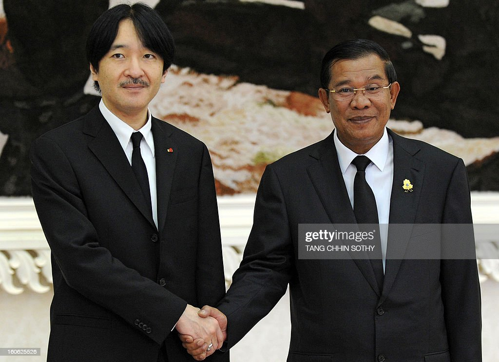 Japanese Prince Akishino (L) shakes hands with Cambodian Prime Minister Hun Sen (R) during their meeting at the Peace Palace in Phnom Penh on February 4, 2013. Akishino arrived here to pay his respects and attend the funeral of the late former king Norodom Sihanouk ahead of his cremation on February 4.