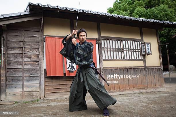日本のサムライ、戦いの準備を