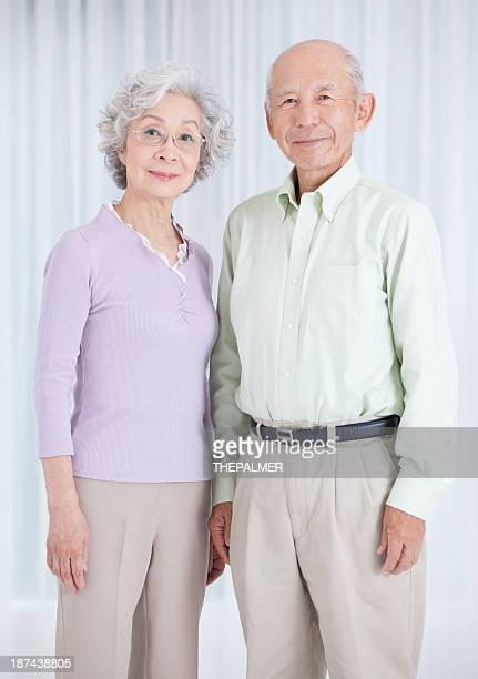 Japonés pareja senior mirando a la cámara