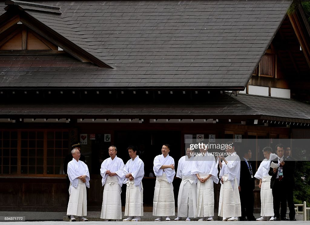 Japanese Shinto priests wait for the arrival of world leaders at Ise-Jingu Shrine in the city of Ise in Mie prefecture, on May 26, 2016 on the first day of the G7 leaders summit. World leaders kicked off two days of G7 talks in Japan on May 26 with the creaky global economy, terrorism, refugees, China's controversial maritime claims, and a possible Brexit headlining their packed agenda. / AFP / MANAN