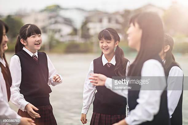 日本の学生たちに話し校庭