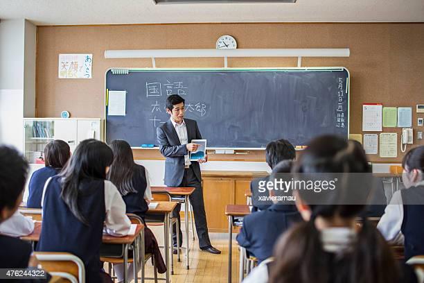日本の教師、デジタルタブレットを使用して、彼のクラス