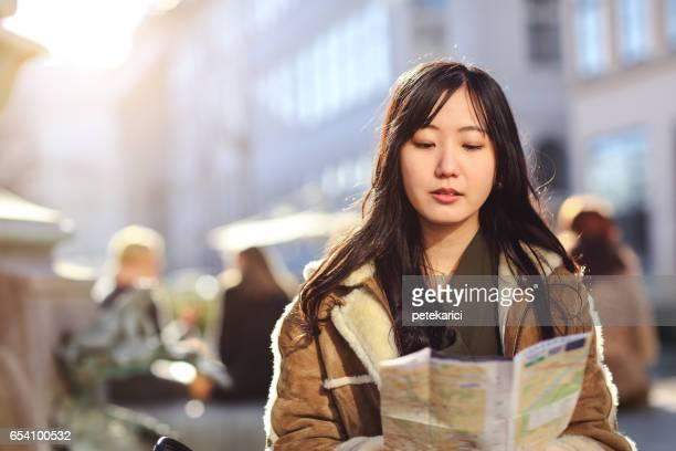 日本人の観光客女性が街を散策