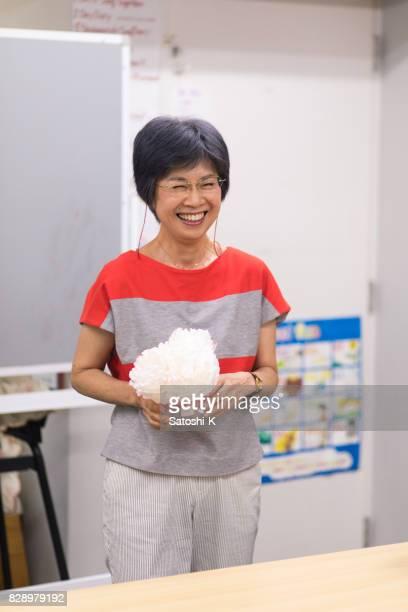 語学学校で英語のスピーチを与えて日本女性