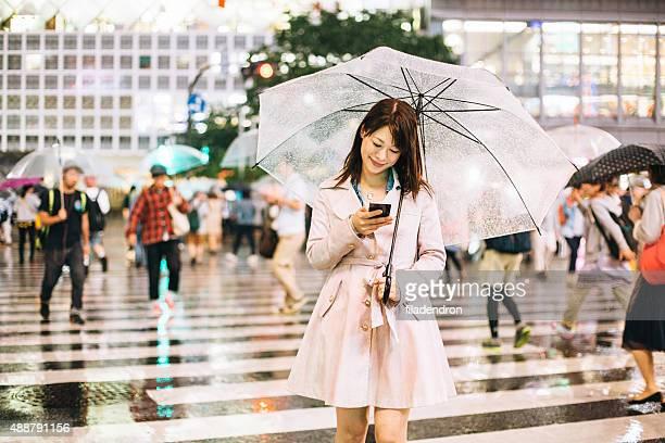 Giapponese donna fuori sotto la pioggia