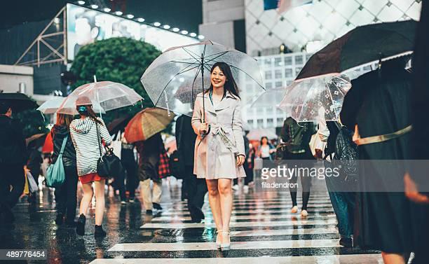 Japanische Frau draußen im Regen