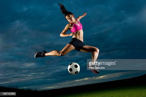 若い女性がサッカーの夜景