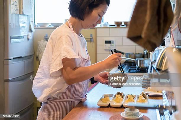日本の女性が準備する夕食をご自宅のキッチン、京都,日本