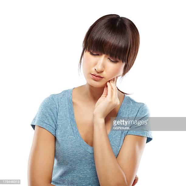 Japanische Frau leiden Zahnschmerz hält eine hand auf jaw