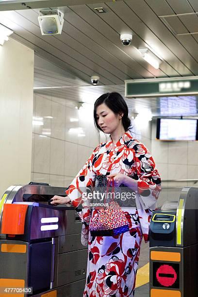 Donna indossare un kimono giapponese check-out in metropolitana di Tokyo.