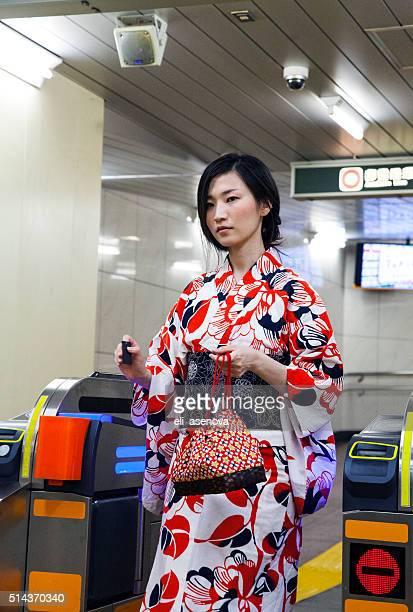 Japanische Frau tragen einen kimono-check-out in der U-Bahn von Tokio.