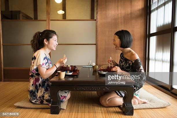 日本女性のテーブルでの伝統的なレストラン