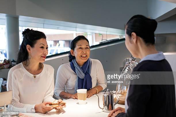 日本の女性楽しい時間のカフェ、東京で