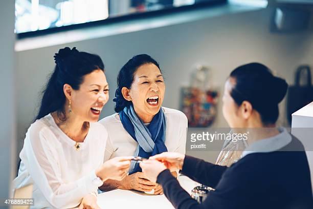 日本女性のお支払いには、クレジットカードのカフェ