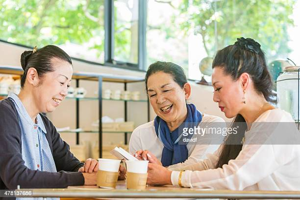 Japanische Frauen reden in einem Café