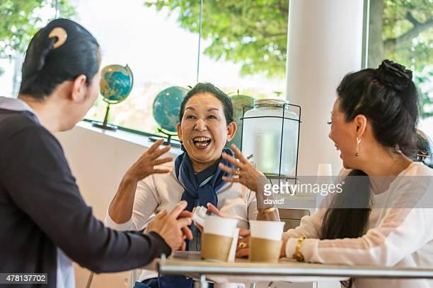 日本の女性に話すのカフェ