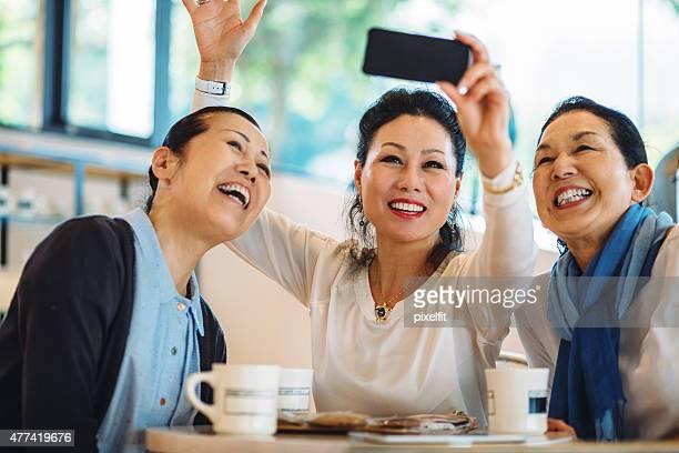 日本の女性がスマートフォンを自分撮り