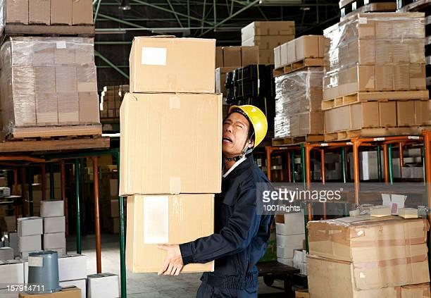 Japanische Arbeiter in einem Lagerhaus