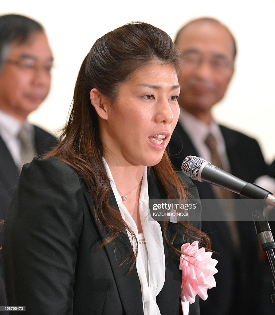 Japanese wrestling queen Saori Yoshida (C) delivers a speech during a ceremony to celebrate the last trading day of 2012 at the Tokyo Stock Exchange in Tokyo on December 28, 2012. The Nikkei ended the last trading day of the year up 0.70 percent, or 72.20 points, closing at 10,395.18, its best finish since Japan's quake-tsunami disaster in 2011, and up 22.9 percent over the past year. AFP PHOTO / KAZUHIRO NOGI