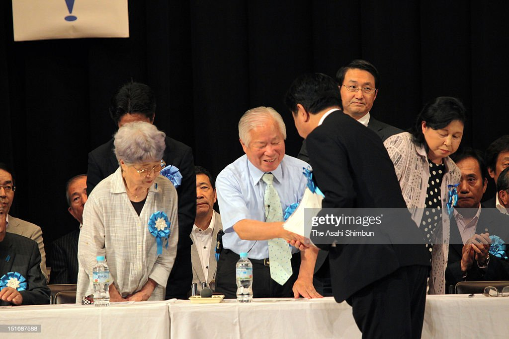 Japanfs Prime Minister <a gi-track='captionPersonalityLinkClicked' href=/galleries/search?phrase=Yoshihiko+Noda&family=editorial&specificpeople=6441440 ng-click='$event.stopPropagation()'>Yoshihiko Noda</a> (R) shakes hands with Shigeru and <a gi-track='captionPersonalityLinkClicked' href=/galleries/search?phrase=Sakie+Yokota&family=editorial&specificpeople=606688 ng-click='$event.stopPropagation()'>Sakie Yokota</a>, parents of abductee by North Korea Megumi Yokota during the national meeting of the abductees' families at Hibiya Kokaido hall on September 2, 2012 in Tokyo, Japan.