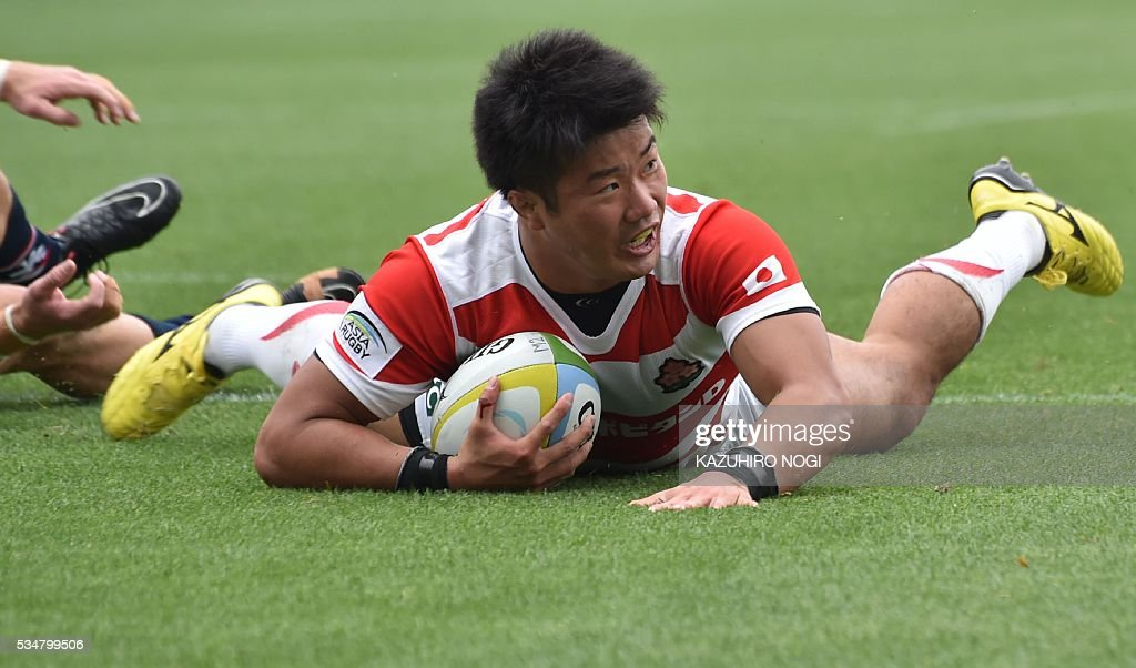 Japan's centre Takuya Ishibashi scores a try against Hong Kong during their Asia Rugby Championship match at the Prince Chichibu Memorial Rugby Ground in Tokyo on May 28, 2016. / AFP / KAZUHIRO