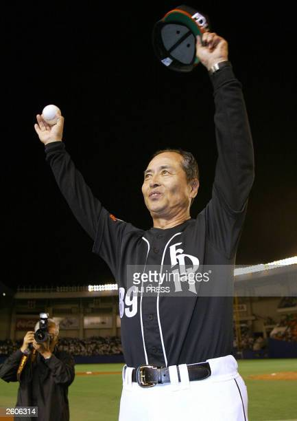 Japan's Daiei Hawks manager Sadaharu Oh reacts to cheering fans as the Hawks clinched their first Pacific League pennant in three years 30 September...