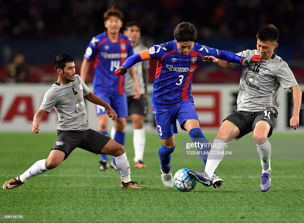 Japan's FC Tokyo defender Masato Morishige (2nd R) dribbles the ball among Thailand's Chonburi FC forward Kroekrit (L) and midfielder Kim Cheol-Ho (R) during the AFC champions league play-off match in Tokyo on February 9, 2016. AFP PHOTO / TOSHIFUMI KITAMURA / AFP / TOSHIFUMI KITAMURA