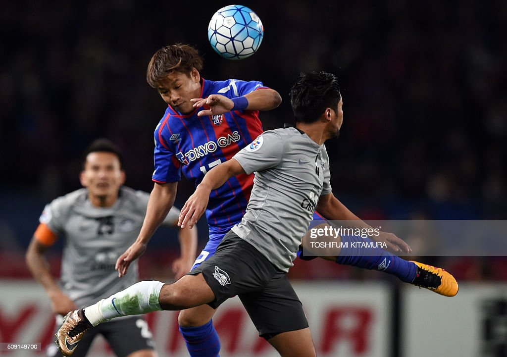 Japan's FC Tokyo forward Hiroki Kawano (C) fights for the ball with Thailand's Chonburi FC forward Kroekrit (R) during the AFC champions league play-off match in Tokyo on February 9, 2016. AFP PHOTO / TOSHIFUMI KITAMURA / AFP / TOSHIFUMI KITAMURA